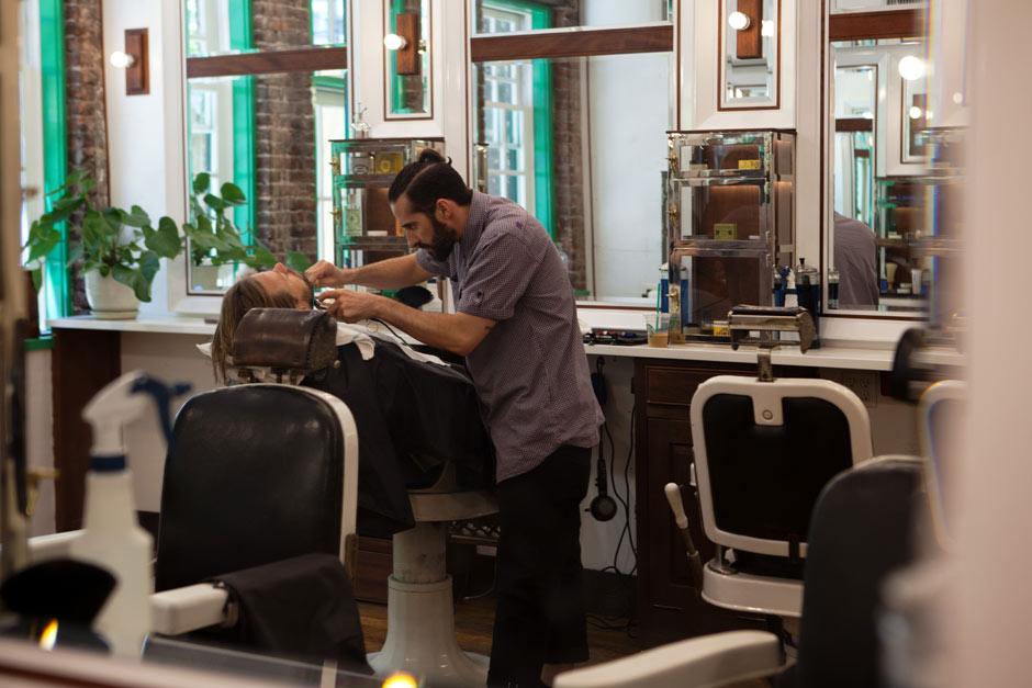 Se faire raser par un barbier