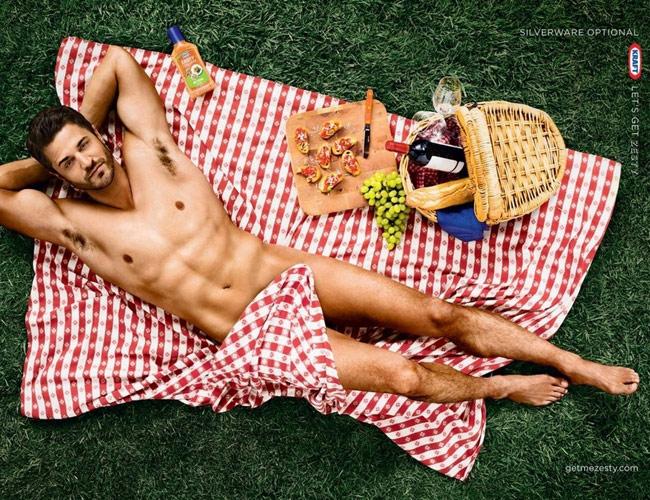Homme presque nu en pique-nique