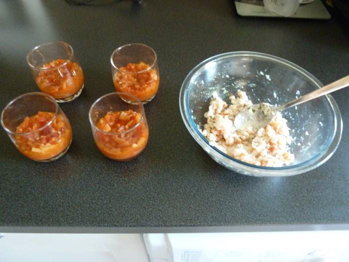 Recette de verrine fraiche crevettes-crabe et tomates-oignons - Montage des verrines