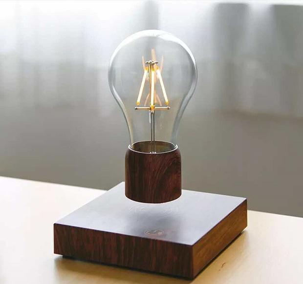 5 idées cadeau - Lampe en lévitation