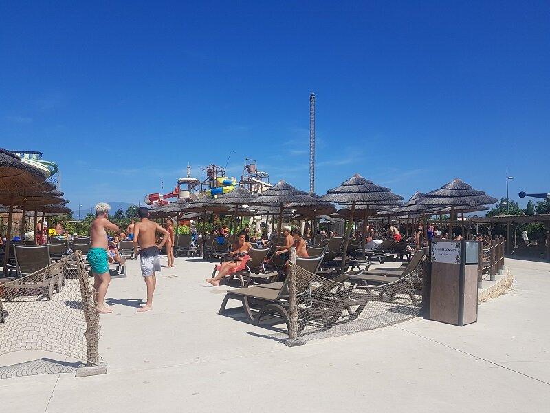 Château des aventuriers derrière la plage des chaises longues